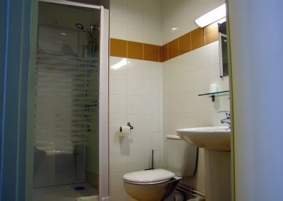 Cabinet de toilette dans la chambre - Maison d'accueil de la Basilique Saint-Martin de Tours